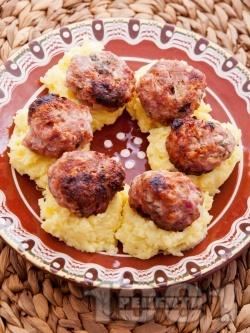 Пържени кюфтета по цариградски върху картофено пюре - снимка на рецептата